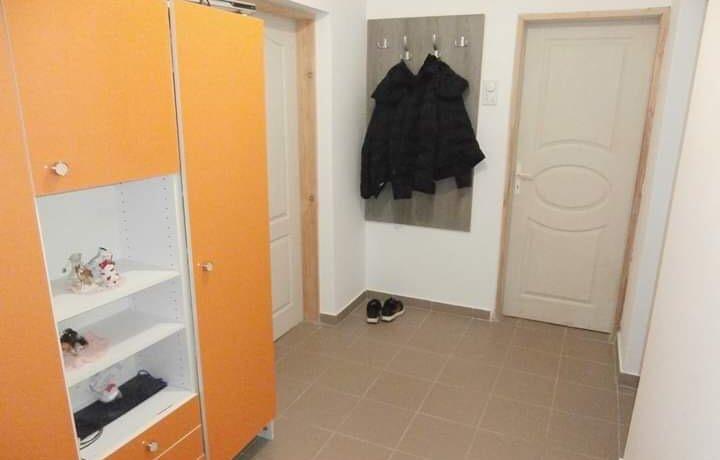 Po ulazu u kuću postoji hodnik koji vodi do dve spavaće sobe i kupatila sa jedne strane i  dnevnog boravka sa kuhinjom i trpezarijom sa druge strane. Postavljen je laminat, pločice, drvena stolarija, roletne, PVC, grejanje na čvrsto gorivo.