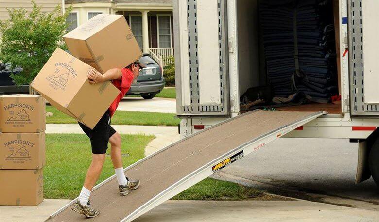 ubacivanje kutija u kamion sigma nekretnine zrenjanin
