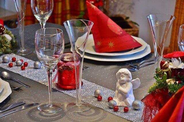 božić na stolu dekoracija crveno sigma nekretnine zrenjanin